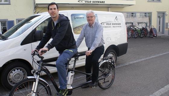 Pascal Schwarz und Hans Schwarz auf dem Tandem von FLYER vor dem Geschäft in Weinfelden
