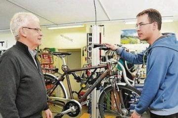 Generationenwechsel: Hans Schwarz übergibt an seinen Sohn Pascal. (Bild: mte)